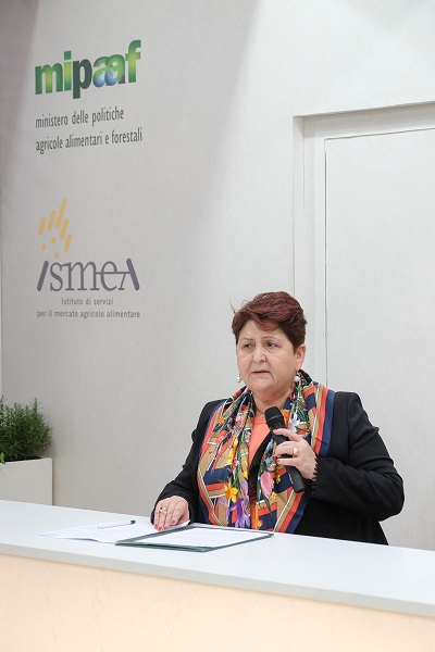 La ministra Teeresa Bellanova con il microfono in mano durante la conferenza stampa